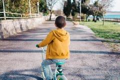 Jungenreiten-bycicle lizenzfreie stockbilder