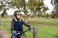 Jungenreitfahrrad in Adelaide CBD Lizenzfreie Stockfotografie