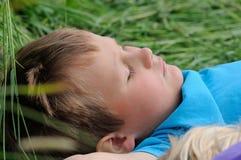 Jungenschlafen lizenzfreies stockfoto