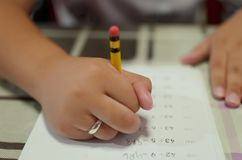 Jungenschreiben auf einem Papier Lizenzfreie Stockfotos