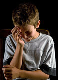 Jungenschreien stockfotografie