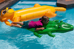 Jungenschwimmen stockbilder