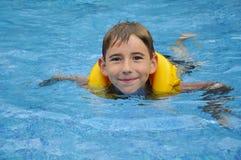Jungenschwimmen Stockbild