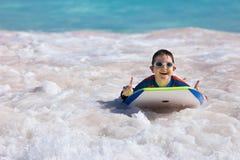 Jungenschwimmen auf Boogiebrett Lizenzfreies Stockbild