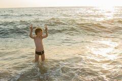 Jungenschwimmen im Meer Stockbild