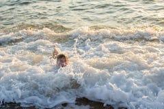 Jungenschwimmen im Meer Lizenzfreies Stockbild