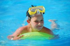 Jungenschwimmen im Pool Lizenzfreies Stockfoto