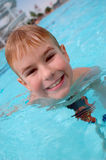 Jungenschwimmen im Swimmingpool Stockfotografie