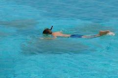 Jungenschwimmen mit Schablone Stockfotografie