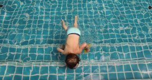 Jungenschwimmen in Swimmingpool im Freien stock video