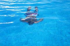 Jungenschwimmen Unterwasser Stockfoto