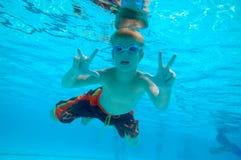 Jungenschwimmen Unterwasser Stockbild