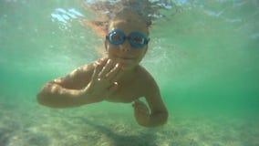 Jungenschwimmen Unterwasser stock video footage