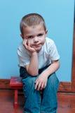Jungensitzen Stockbilder