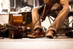 Jungenspiel das Musikinstrument Lizenzfreies Stockbild