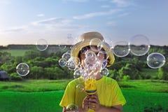 Jungenspiel in den Luftblasen Stockfoto