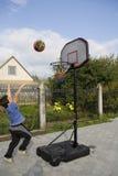 Jungenspiel des Basketballs stockbilder