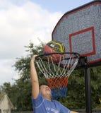 Jungenspiel des Basketballs lizenzfreies stockbild