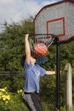 Jungenspiel des Basketballs lizenzfreie stockbilder
