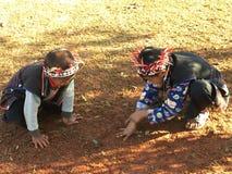 Jungenspiel ein Marmor Lizenzfreies Stockbild