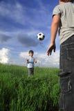 Jungenspiel im Ball Stockfoto