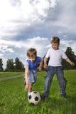 Jungenspiel im Fußball Lizenzfreie Stockbilder