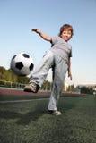 Jungenspiel im Fußball Lizenzfreie Stockfotos