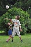 Jungenspiel mit runder Samenkapsel Stockfotografie