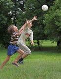 Jungenspiel mit runder Samenkapsel Lizenzfreies Stockfoto