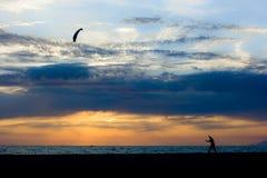 Jungenspiel-Nordwind auf dem Strand Lizenzfreie Stockfotos