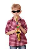 Jungenspiel-Saxophon Stockfoto