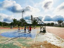 Jungenspielbasketball lizenzfreie stockbilder