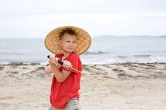 Jungenspiele mit einer Samuraiklinge Stockbild