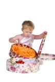 Jungenspiele mit Geschenkkästen lizenzfreies stockfoto