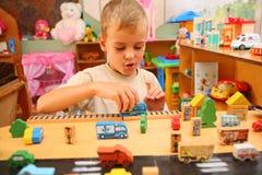 Jungenspiele mit Spielzeug Lizenzfreies Stockfoto