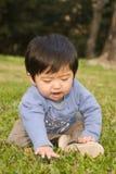 Jungenspielen im Freien Stockfotos