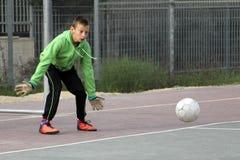 Jungenspielfußball im Schulhof Stockfotografie