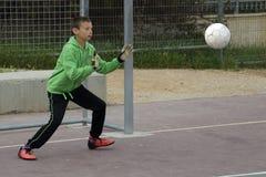 Jungenspielfußball im Schulhof Stockbild