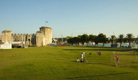 Jungenspielfußball nahe Trogir-Schloss Lizenzfreies Stockbild