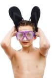 Jungentaucher in der Schwimmenmaske mit einem glücklichen Gesichtsnahaufnahmeporträt, lokalisiert auf Weiß Stockfotografie