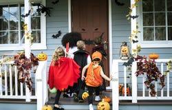 Jungentrick oder Behandlung während Halloweens lizenzfreie stockbilder