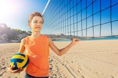Jungenvolleyballspieler nahe bei dem Netz mit Ball lizenzfreie stockfotografie