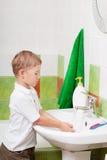 Jungenwäschen Stockfotografie