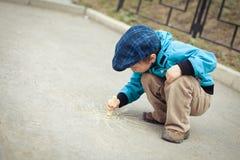 Jungenzeichnung auf Straße Stockbilder