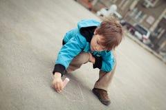 Jungenzeichnung auf Straße Lizenzfreie Stockfotos