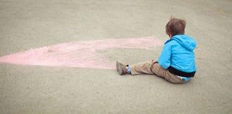 Jungenzeichnung auf Straße Stockbild