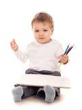 Jungenzeichnung mit einem Bleistift Stockbild