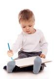 Jungenzeichnung mit einem Bleistift Stockfotos
