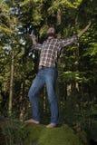 Junger Abenteurer, der Natur feiert Lizenzfreie Stockfotografie
