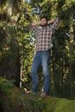 Junger Abenteurer, der Natur feiert Lizenzfreies Stockfoto